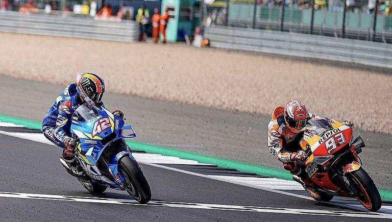 Che show a Silverstone! Rins beffa Marquez all'ultima curva