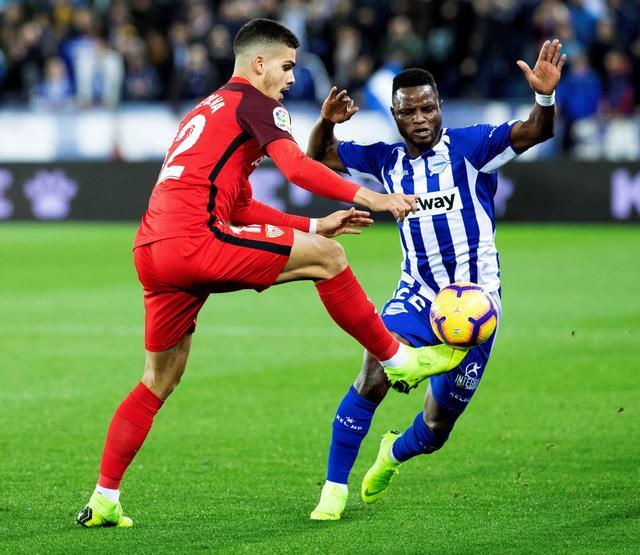 Un'azione di gioco dell'ultimo Alaves-Siviglia nella Liga, terminato 1-1 lo scorso dicembre.