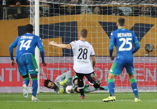 Consigli si accartoccia sulla sfera e para il rigore di Inglese mantenendo il risultato del derby emiliano in parità.