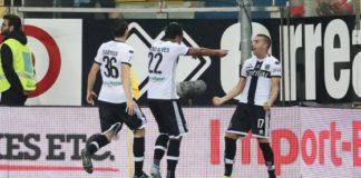 I giocatori del Parma corrono ad esultare da Barillà, il cui colpo di testa dopo la deviazione di Bourabia ha regalato la vittoria al Parma.