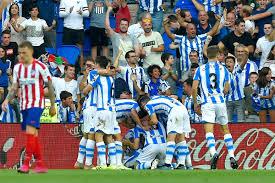 La gioia dei calciatori della Real Sociedad per il grande successo per 2-0 contro l'Atletico Madrid alla quarta giornata di Liga.