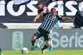 Una delle azioni di gioco di Ascoli-Livorno