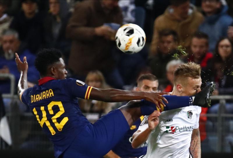 """La Roma """"B"""" non convince, 1a1 in Europa League contro il Wolfsberg. Duro contrasto a metà campol."""