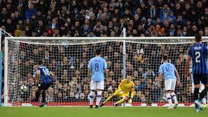 Il rigore di Malinovskyi illude i bergamaschi contro il Manchester City, che poi rimonta e vince 5-1.