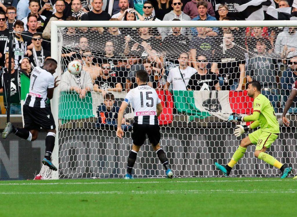 Okaka spinge in rete di testa il pallone del vantaggio per l'Udinese al 42°; Udinese-Torino 1-0.