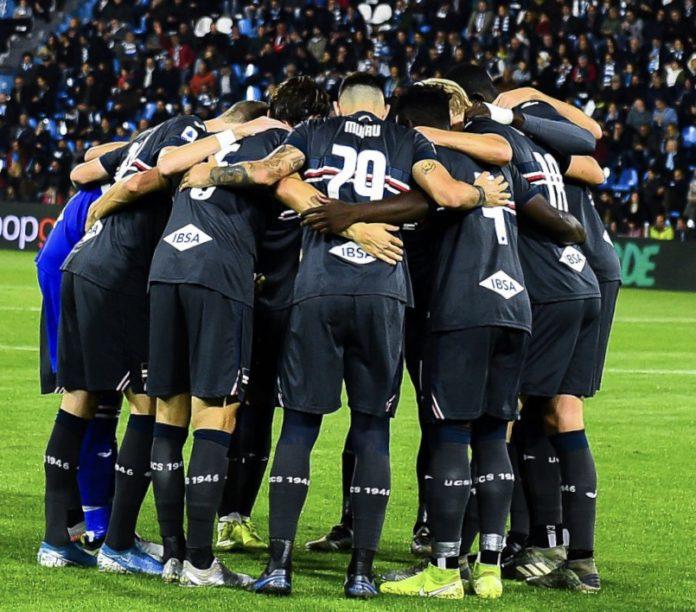 I giocatori della Sampdoria in cerchio, cercano di uscire tutti insieme dalla crisi e intanto festeggiano i primi tre punti esterni; Spal-Sampdoria 0-1