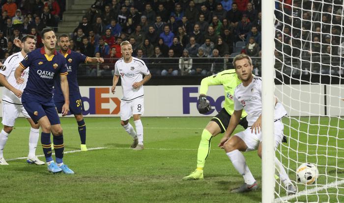Alcune fasi di gioco del match di andata tra Wolfsberg e Roma, qui il momentaneo vantaggio firmato da Leonardo Spinazzola