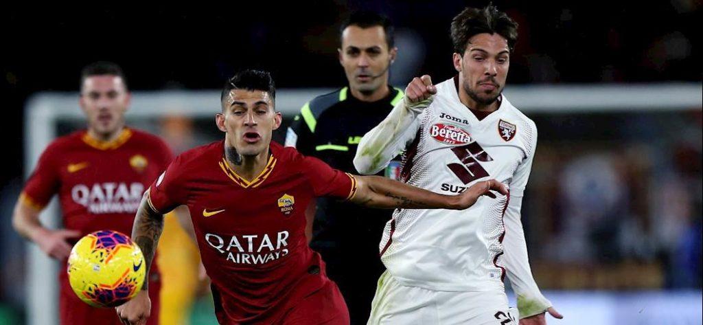 da sinistra 3 protagonisti del match: Diego Perotti Roma), Simone Verdi (Torino), dietro di loro il direttore di Gara Di Bello.