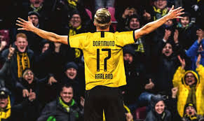 Haland ha esordito con il Borussia con una tripletta, subentrando nella ripresa, all'Augsburg.