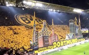 La coreografia della curva del Borussia contro il Francoforte.