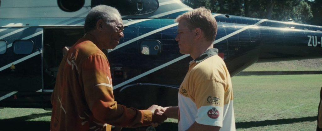 """Un'immagine tratta dal film """"Invictus"""" in cui Nelson Mandela, interpretato da Morgan Freeman, parla con il capitano degli Springboks François Pienaar, impersonato da Matt Damon."""