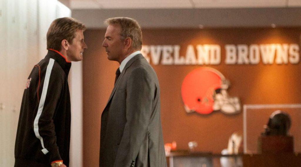 Una scena di Draft Day, in cui Sonny Weaver Jr. (kevin Costner) si scontro con l'allenatore dei Browns Vince Penn (Denis Leary).