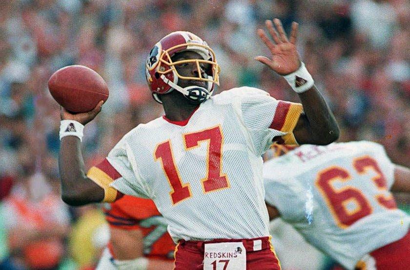 Doug Williams con la divisa dei Washington Redskins.