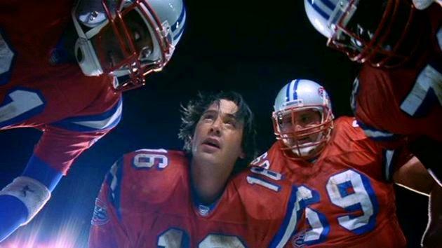 Shane Falco (Keanu Reeves) in una scena del film Le riserve, mentre chiama l'azione d'attacco.