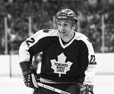 Tiger Williams con la divisa dei Toronto Maple Leafs.