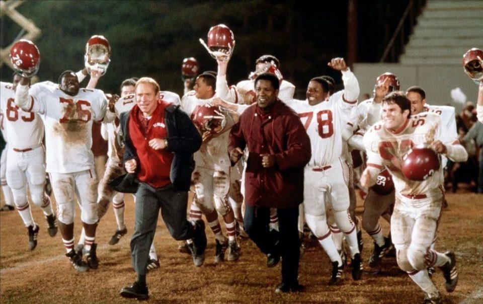 Gli allenatori Herman Boone (Denzel Washington) e Bill Yoast (Will Patton) con i Titans del liceo Williams.
