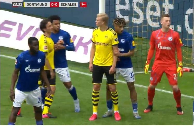 La marcatura della difesa dello Schalke 04 su un calcio d'angolo per il Borussia Dortmund.