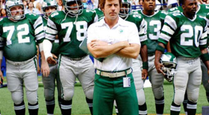 Il coach Dick Vermeil (Greg Kinnear) con i giocatori dei  Philadelphia Eagles, in una scena del film.