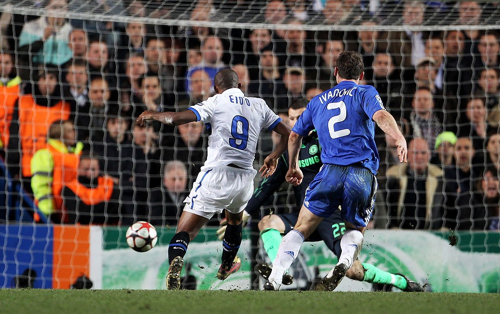 Samuel Eto'o segna la rete dello 0-1 a Stamford Bridge.