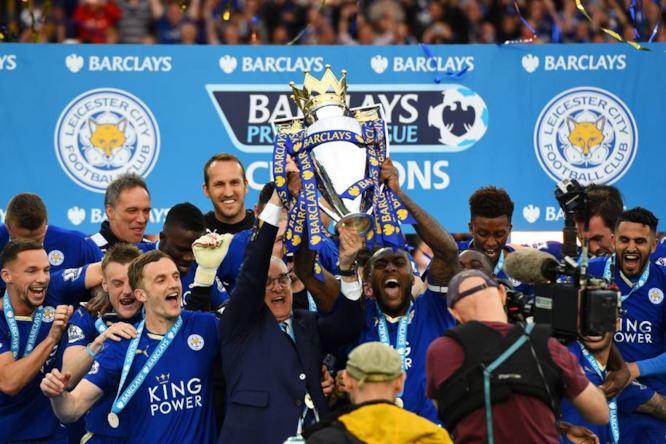 Il Leicester City di Ranieri festeggia la vittoria del campionato.
