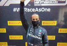 Louis Hamilton accusa la ferrari mentre sul podio mostra il saluto del Black Pride